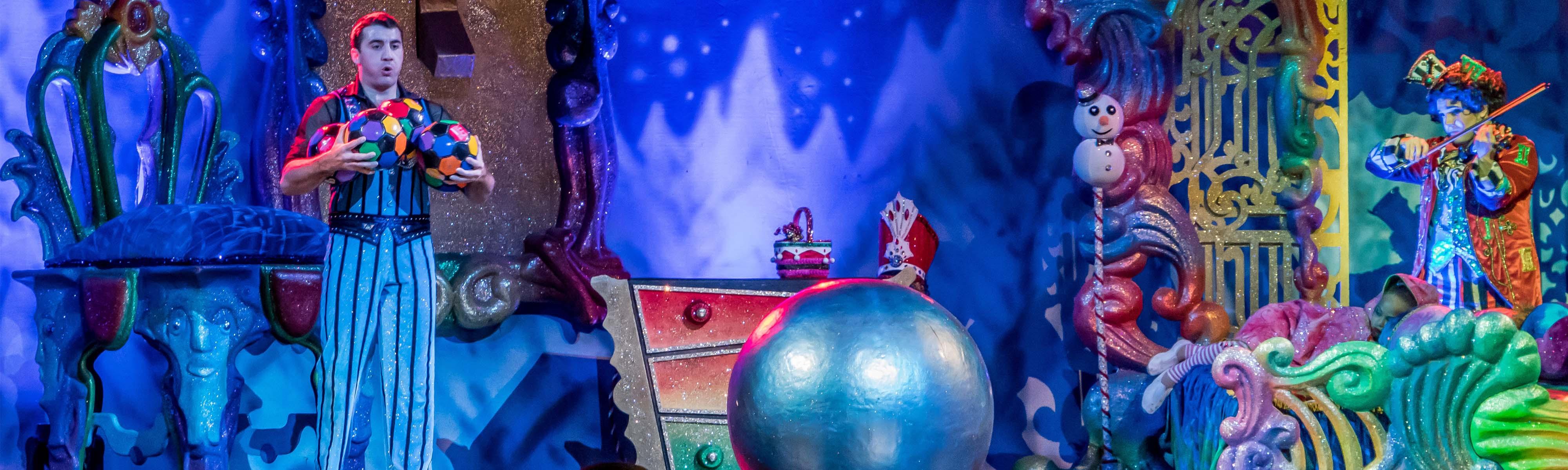 Bühnenbild in blau gehalten mit Clowns - stilvoll aufgebaut