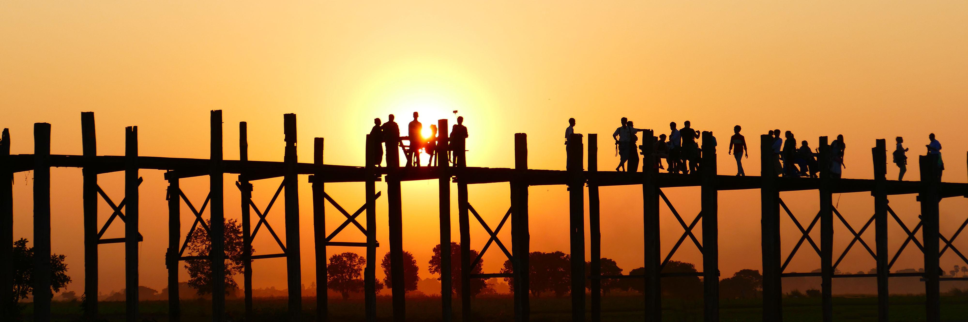 Slider Das Team Brücke mit Menschen